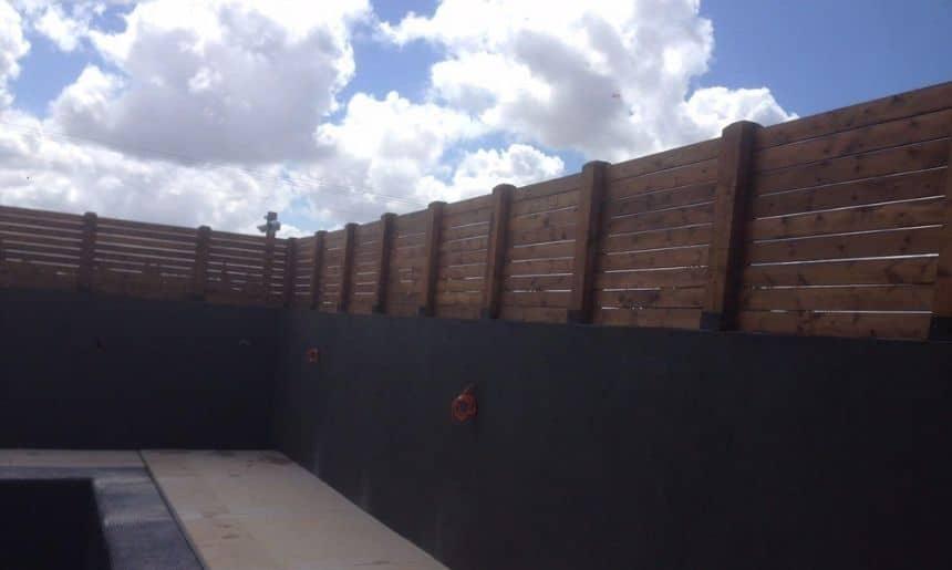 גדר מעץ לחצר